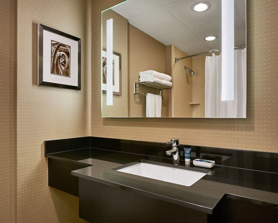 Four Points by Sheraton Milwaukee North Shore Bathroom
