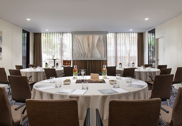 Salón Maragda - Montaje en mesas redondas
