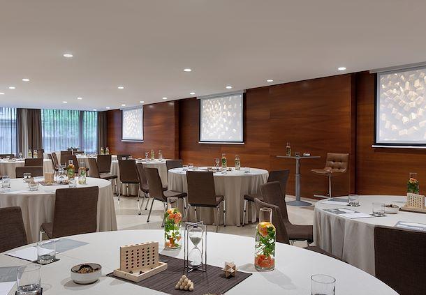 Salón Diamant - Montaje en mesas redondas
