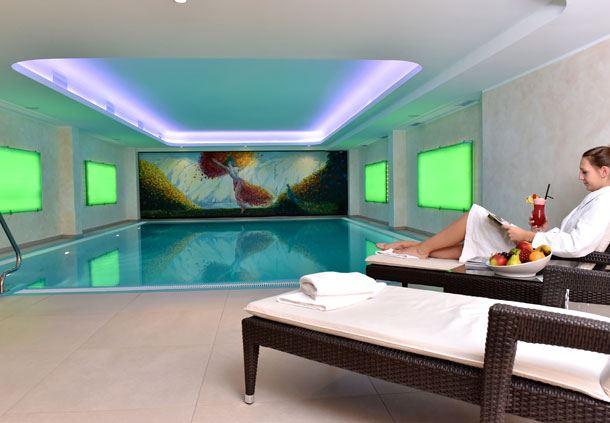 Pool mit Relaxliegen
