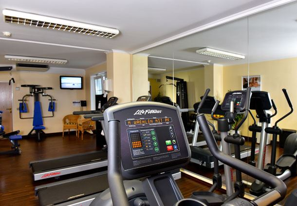 Fitnessraum mit modernem Trainingsequipment