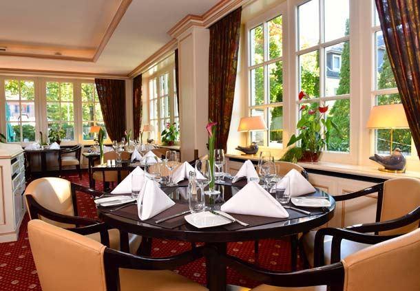 Round table in Restaurant Concorde