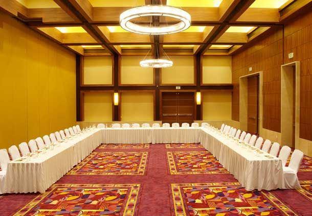 Reunión con disposición en forma de U en el salón San Marco