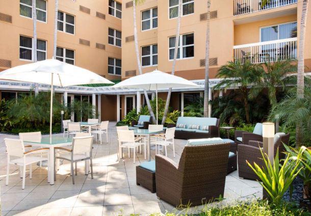 Detalle del patio exterior del hotel