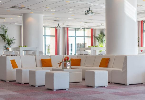 Tables de la salle de réunion