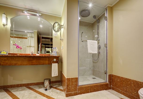 Premium Corner Suite Bathroom